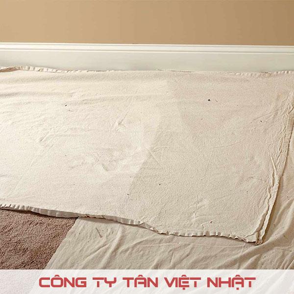 Sử dụng vải bạt, tấm nhựa hoặc giấy để che chắn sơn bắn ra khi thi công