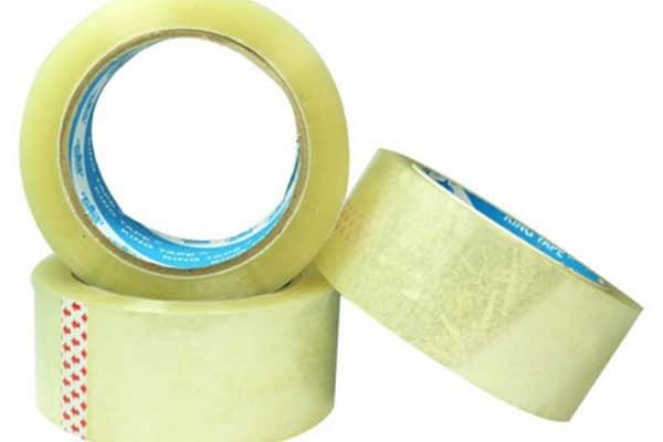 Sử dụng một miếng băng dính để loại bỏ sợi vải thừa giúp chất lượng thi công đạt tốt nhất