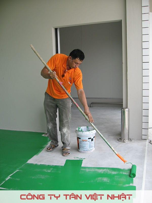 Thợ sơn đang thi công